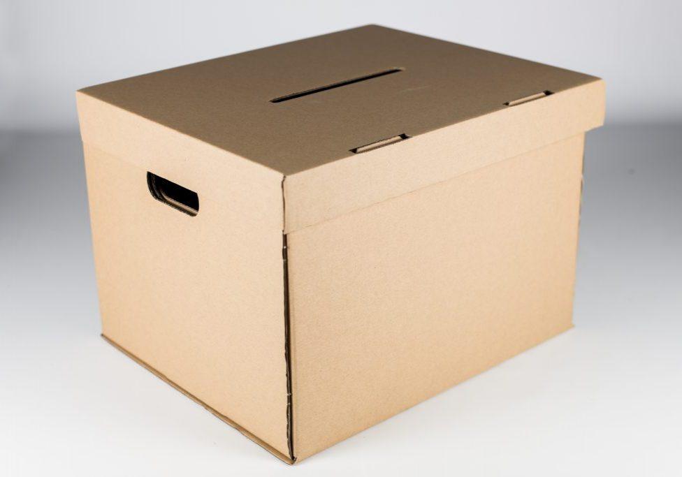 Volilna škatla namenjena za volitve na zgornjem pokrovu z zarezo.